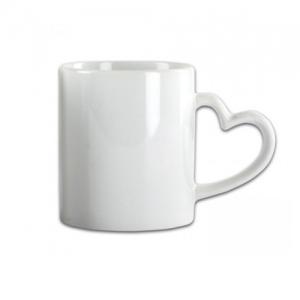 Baltas puodelis su širdelės formos rankenėle